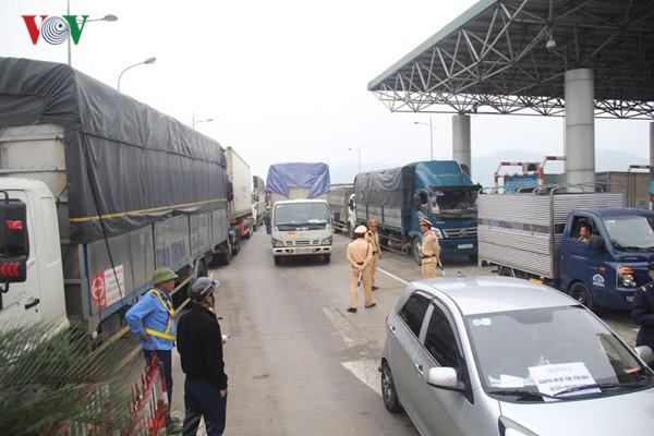 Gần 100 chiếc xe ô tô và hàng trăm người dân tại Hà Tĩnh và Nghệ An phản đối việc thu phí BOT qua cầu Bến Thủy (10/4/2017)