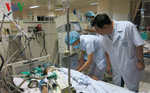 Phó Thủ tướng Vũ Đức Đam yêu cầu tập trung nguồn lực cứu chữa các bệnh nhân trong vụ tai biến sốc phản vệ tại Bệnh viện Đa khoa tỉnh Hòa Bình (Thời sự sáng 30/5/2017)