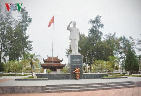 Thăm tượng đài Bác Hồ trên đảo tiền tiêu Cô Tô (22/5/2017)