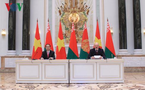 Chủ tịch nước Trần Đại Quang hội đàm với Tổng thống Belarus Alexander Lukashenko nhân chuyến thăm chính thức Cộng hòa Belarus. Hai bên ra tuyên bố chung về phát triển toàn diện và sâu rộng quan hệ đối tác giữa Việt Nam và Belarus (Thời sự chiều 27/6/2017)