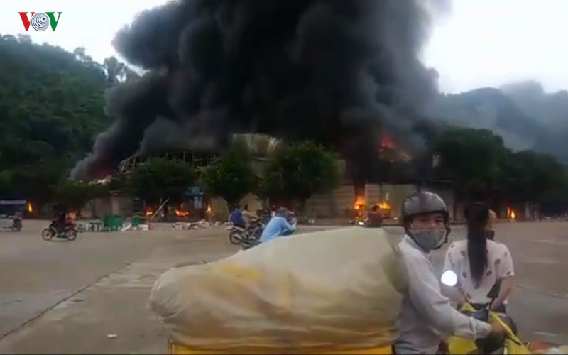 Vụ cháy lớn tại chợ Hữu Nghị cửa khẩu Tân Thanh, tỉnh Lạng Sơn đã được khống chế, nhưng lửa đã thiêu rụi 30 quầy tạp hóa (Thời sự chiều 10/7/2017)