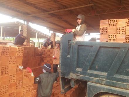 Nghiệp đoàn sản xuất gạch ngói Krong-Pak chăm lo đời sống cho công nhân lao động (8/7/2017)