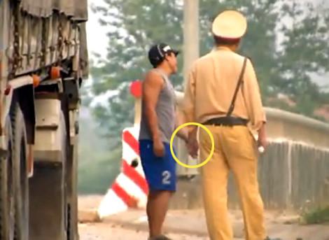 Cảnh sát giao thông nhận mãi lộ chỉ là chuyện cá biệt ?  (27/9/2017)