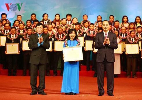 Dự Hội nghị tuyên dương Chủ tịch Công đoàn cơ sở xuất sắc tiêu biểu, Chủ tịch nước Trần Đại Quang yêu cầu, hoạt động công đoàn phải thể hiện được chức năng đại diện, bảo vệ quyền và lợi ích hợp pháp, chính đáng của người lao động (Thời sự chiều 21/1/2018)
