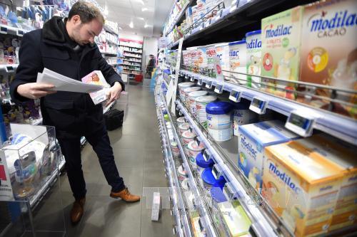 Vụ bê bối sữa công thức dành cho trẻ em của hãng Lactalis, Pháp, bị nhiễm khuẩn salmonella tiếp tục diễn biến căng thẳng khi các phụ huynh có trẻ nhiễm bệnh yêu cầu hãng có các câu trả lời minh bạch (Thời sự trưa 16/1/2018)