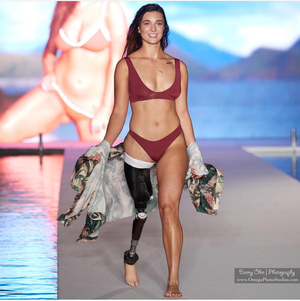 Nữ người mẫu khuyết tật đầu tiên xuất hiện trên tạp chí danh tiếng Sports Illustrated (3/12/2018)