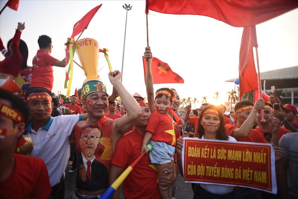 Không khí cuồng nhiệt của các cổ động viên trước trận bán kết lượt về Giải bóng đá AFF Cup giữa Việt Nam và Philippines (6/12/2018)