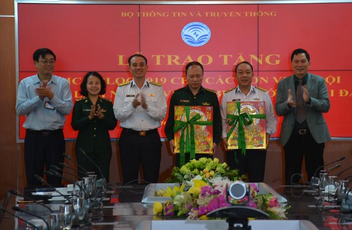 Bộ Thông tin và Truyền thông tặng 3.000 cuốn lịch bloc cho đơn vị quân đội (1/12/2018)