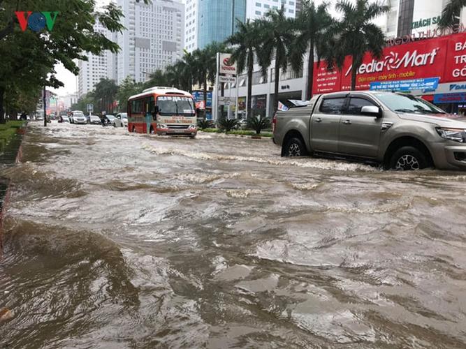 Mưa lớn những ngày qua khiến nhiều khu vực ở Nghệ An, Hà Tĩnh và Quảng Trị bị ngập, gây ách tắc giao thông. Tại Quảng Trị, nước lũ đã cuốn trôi 2 người (Thời sự sáng 9/12/2018)