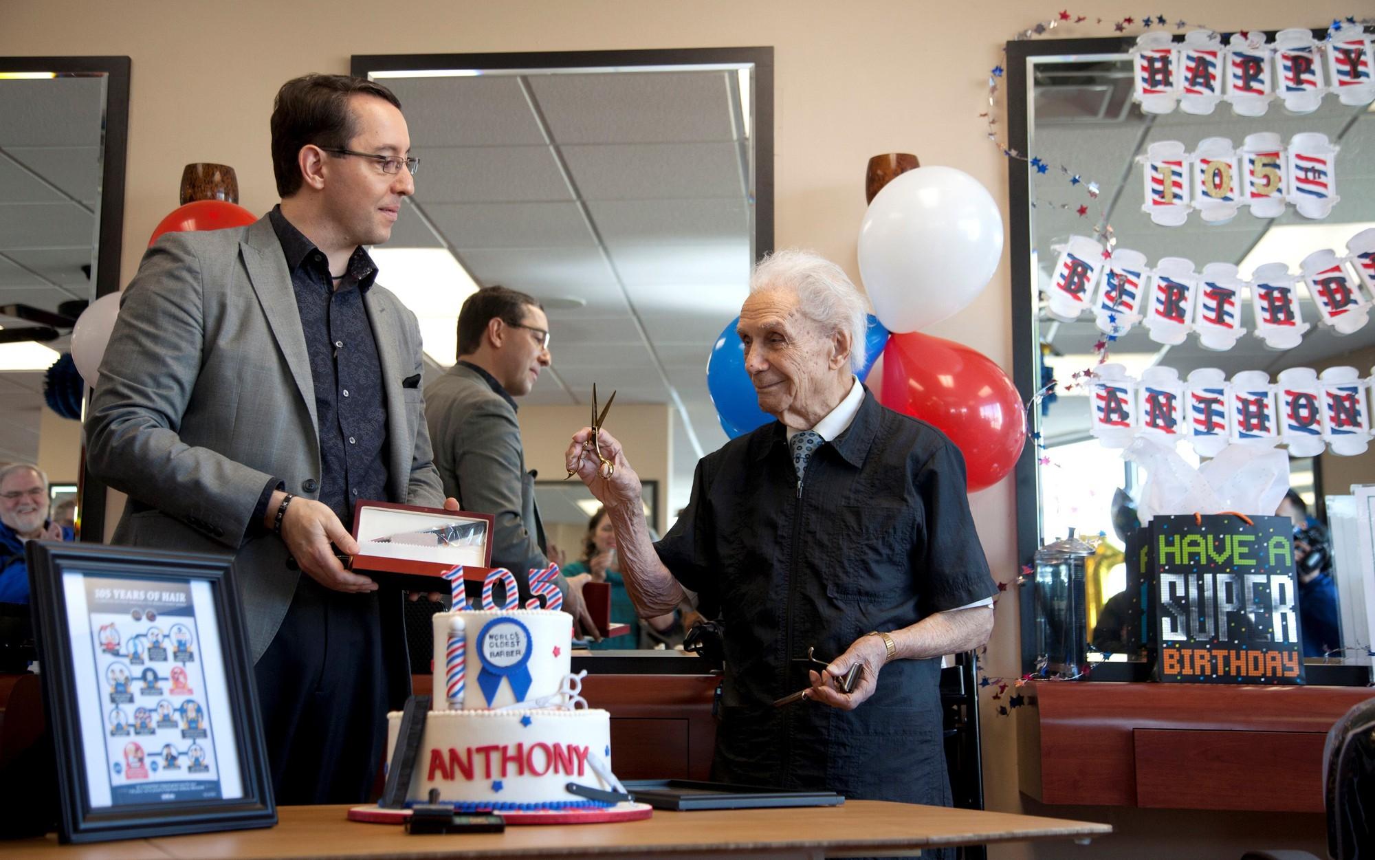 Thợ cắt tóc già nhất thế giới vẫn nhiệt tình với công việc ở tuổi 107 (13/12/2018)