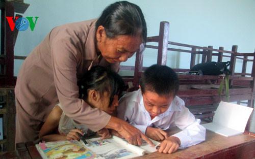 Bà giáo già miệt mài xóa mù chữ cho người nghèo vùng biển (17/12/2018)