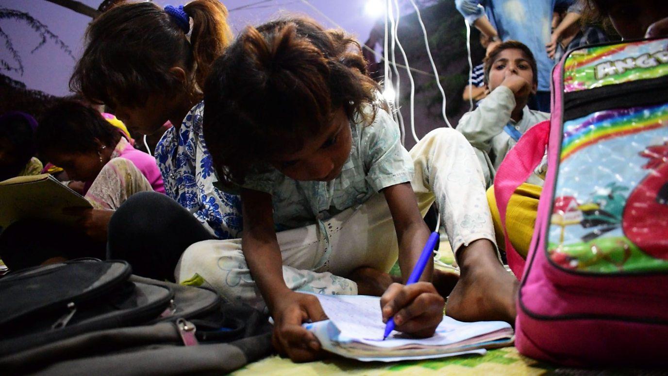 """Thầy giáo ở Pakistan với ý tưởng """"cặp phát sáng nhờ năng lượng mặt trời"""" giúp  trẻ em nghèo (18/12/2018)"""