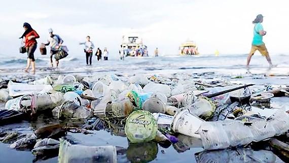 Indonesia cam kết loại bỏ rác thải nhựa trên biển (19/12/2018)