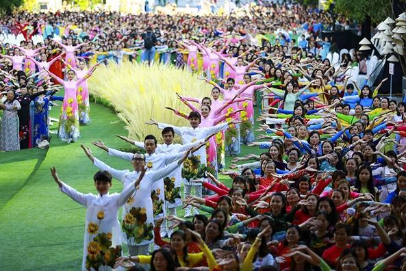 Hơn 3.000 tà áo dài tung bay rực rỡ trong màn đồng diễn áo dài tại phố đi bộ Nguyễn Huệ  (Thời sự trưa 04/03/2017)