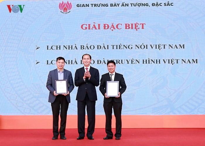 Chủ tịch nước Trần Đại Quang thăm một số gian hàng và dự lễ bế mạc Hội báo toàn quốc 2018 (Thời sự chiều 18/3/2018)