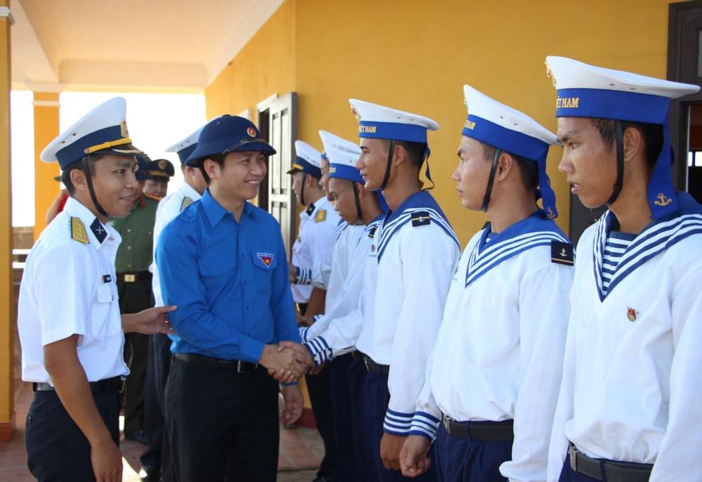 Tình cảm của những người lính hải quân thực hiện nhiệm vụ đưa những đoàn công tác đến với Trường Sa (14/4/2018)
