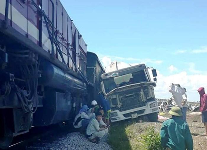 Chiều nay tại Nghệ An lại xảy ra thêm một vụ tai nạn giữa tàu hàng và xe bồn chở bê tông (Thời sự chiều 27/5/2018)