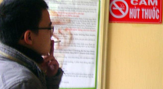 Hút thuốc lá tại nơi công cộng: Luật có nhưng khó xử! (31/5/2018)