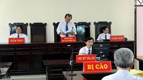 Ủy ban thẩm phán Tòa án nhân dân cấp cao tại thành phố Hồ Chí Minh tuyên hủy bản án phúc thẩm của Tòa án nhân dân tỉnh Bà Rịa - Vũng Tàu, giữ nguyên bản án của Tòa án nhân dân thành phố Vũng Tàu, tuyên phạt bị cáo Nguyễn Khắc Thủy 3 năm tù về tội Dâm ô với trẻ em (Thời sự chiều 1/6/2018)