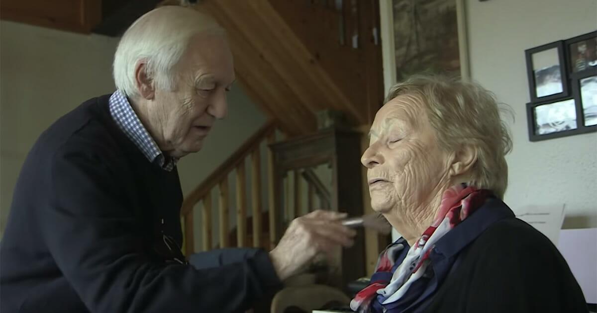 Câu chuyện tình yêu của cụ ông 84 tuổi học trang điểm hàng ngày làm đẹp cho vợ (7/6/2018)