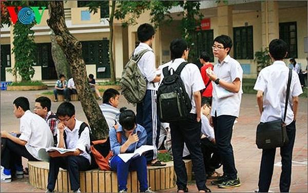 Nhiều phụ huynh và học sinh Hà Nội lo lắng không trúng tuyển vào lớp 10 công lập (Thời sự trưa 23/6/2018)