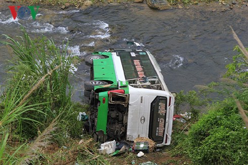 Phó Thủ tướng Trương Hòa Bình yêu cầu công an tỉnh Kon Tum khẩn trương xác minh nguyên nhân vụ xe khách lao xuống vực ở đèo Lò Xo khiến 22 người thương vong (Thời sự sáng 17/6/2018)