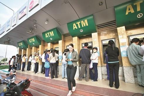 Bất chấp phản ứng của dư luận và chỉ đạo của Ngân hàng Nhà nước, 4 ngân hàng thương mại lớn vẫn quyết tăng phí ATM nội mạng (Thời sự trưa 9/7/2018)