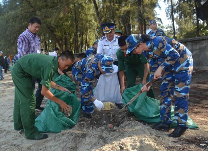 Bộ Tư lệnh Vùng Cảnh sát biển 1 đồng hành cùng ngư dân huyện đảo Cô Tô, tỉnh Quảng Ninh (4/7/2018)