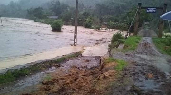 Trung tâm Dự báo Khí tượng Thủy văn Quốc gia cảnh báo, mưa lũ và sạt lở đất do hoàn lưu bão số 3 sẽ ảnh hưởng đến nhiều tỉnh thành phố. Trong khi đó một vùng áp thấp nhiệt đới trên biển Đông đang tiến vào nước ta (Thời sự sáng 21/7/2018)
