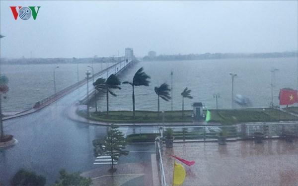 Bão số 3 có sức gió giật cấp 11, gây mưa to trên diện rộng từ Thanh Hóa đến Quảng Bình. Phó Thủ tướng Trịnh Đình Dũng yêu cầu các địa phương theo dõi chặt chẽ diễn biến của bão để chỉ đạo ứng phó kịp thời, hạn chế thiệt hại. (Thời sự chiều 18/7/2018)
