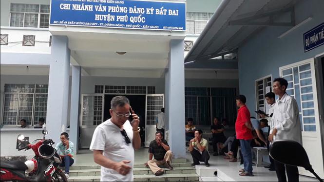"""Hơn 1.000 phôi giấy chứng nhận quyền sử dụng đất tại Chi nhánh Văn phòng Đăng ký đất đai huyện Phú Quốc, tỉnh Kiên Giang bị """"biến mất"""" (Thời sự sáng 20/7/2018)"""