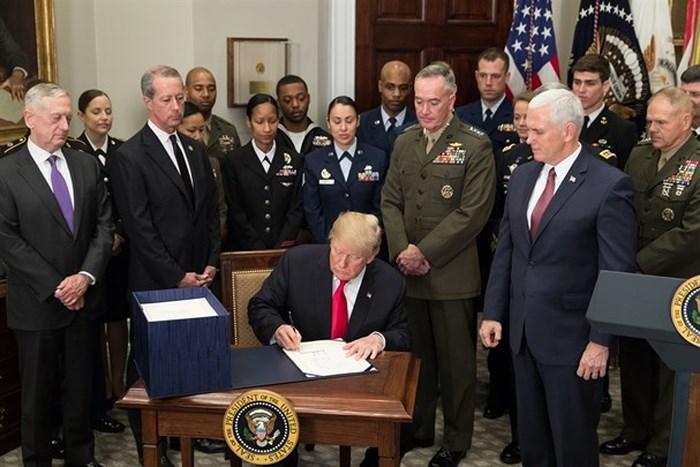 """Mỹ tung """"đòn"""" quốc phòng gây hấn cả Nga và Trung Quốc (15/8/2018)"""