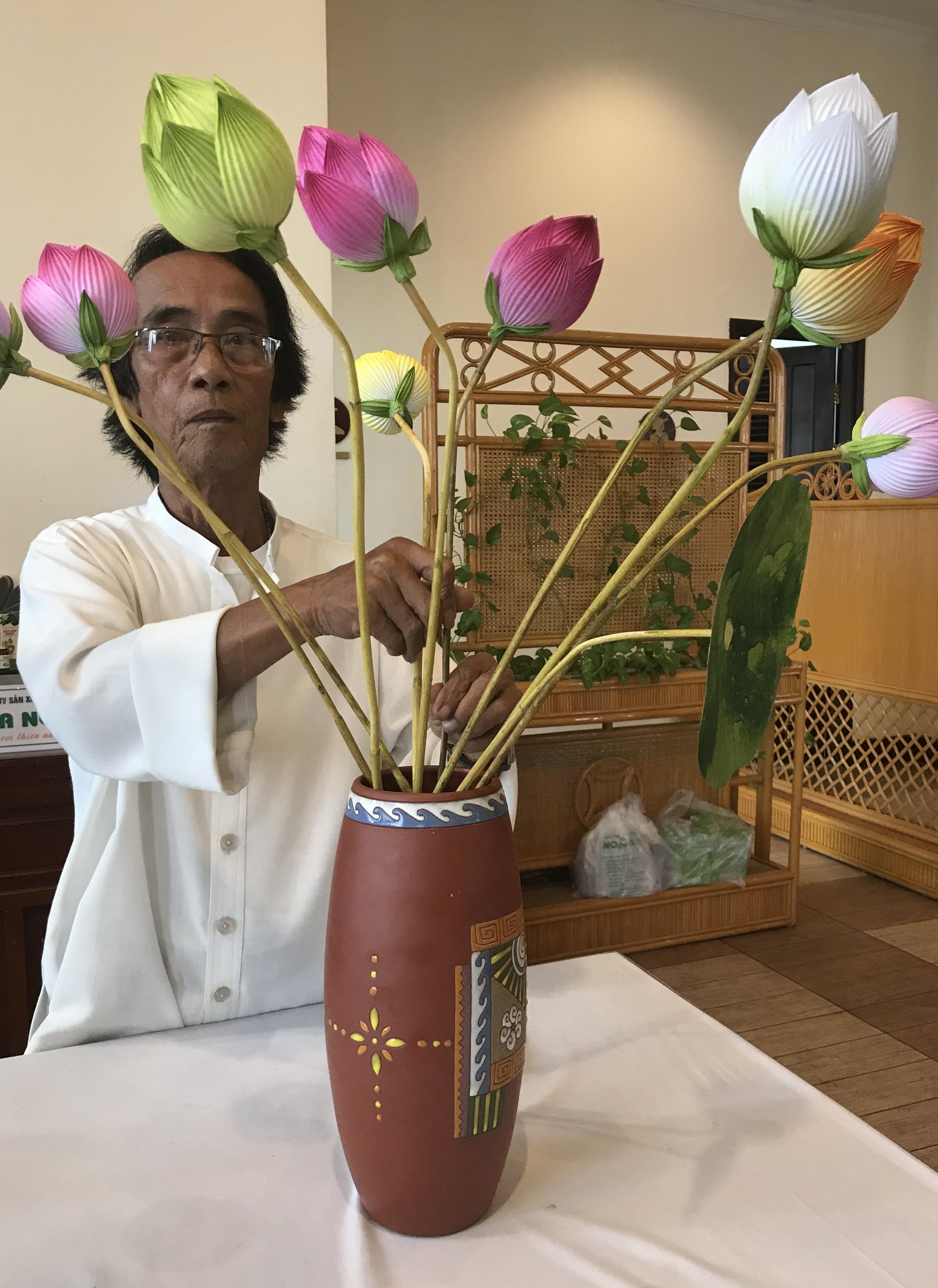 Nghệ nhân đầu tiên phục hồi hoa sen giấy Thanh Tiên (29/8/2018)