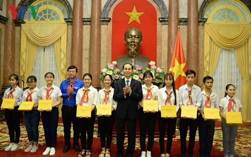 Chủ tịch nước Trần Đại Quang gặp mặt đoàn đại biểu thiếu nhi tham dự Liên hoan Chỉ huy Đội giỏi toàn quốc lần thứ ba năm nay (Thời sự trưa 10/8/2018)