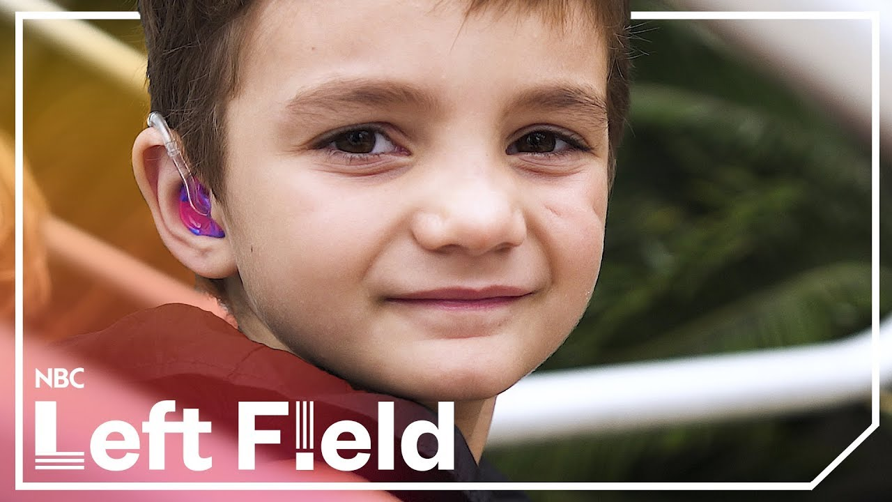 Hàng trăm em nhỏ khiếm thính tại bang California của Mỹ có thể học nói sau khi được tặng thiết bị trợ thính - Câu chuyện về nhà hảo tâm Tanya Penn (4/9/2018)