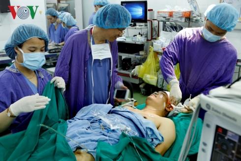 Lần đầu tại Việt Nam, các bác sĩ Bệnh viện Việt Đức phẫu thuật thành công cắt u thần kinh khi bệnh nhân đang hát (Thời sự sáng 29/1/2019)