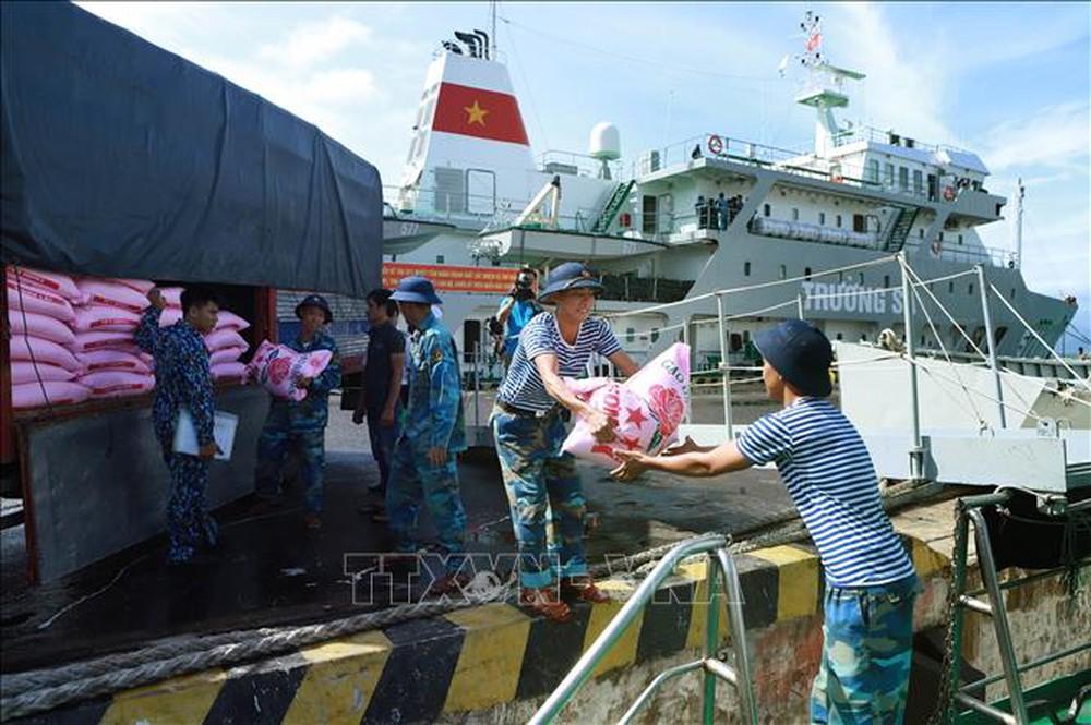 Cuộc sống của các cán bộ chiến sỹ đang canh giữ biển đảo quê hương và tấm lòng người dân với  món quà của đất liền gửi ra (13/1/2019)