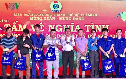 Liên đoàn lao động Thành phố Hồ Chí Minh trao tặng hơn 4.000 vé xe cho các công nhân có hoàn cảnh khó khăn về quê đón Tết (Thời sự sáng 20/1/2019)