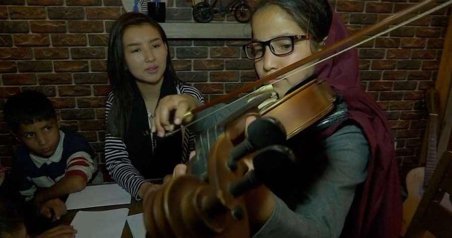 Nữ ca sĩ trẻ dạy nhạc miễn phí cho trẻ em đường phố (14/10/2019)