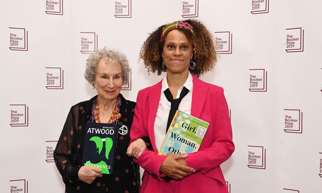 """Giải thưởng kép bất ngờ cho các nhà văn xuất sắc tại """"Man Booker 2019"""" (15/10/2019)"""