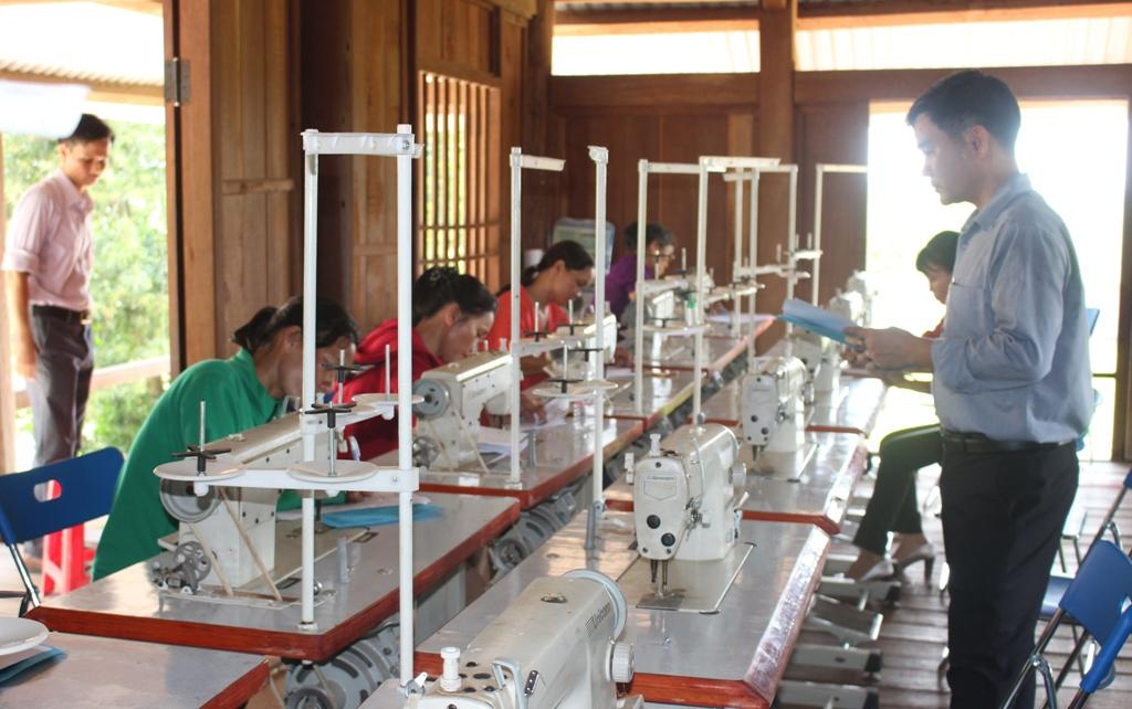 Mô hình phối hợp dạy nghề cho phụ nữ vùng biên: Cách làm hiệu quả từ huyện vùng cao Đắc Lắk (17/10/2019)