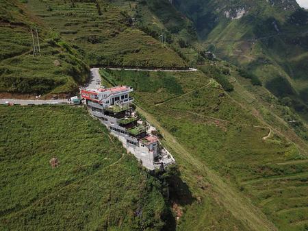 Cần truy trách nhiệm của chính quyền địa phương và các cơ quan chức năng khi để chủ đầu tư xây dựng nhà hàng không phép trên đèo Mã Pì Lèng, tỉnh Hà Giang (6/10/2019)