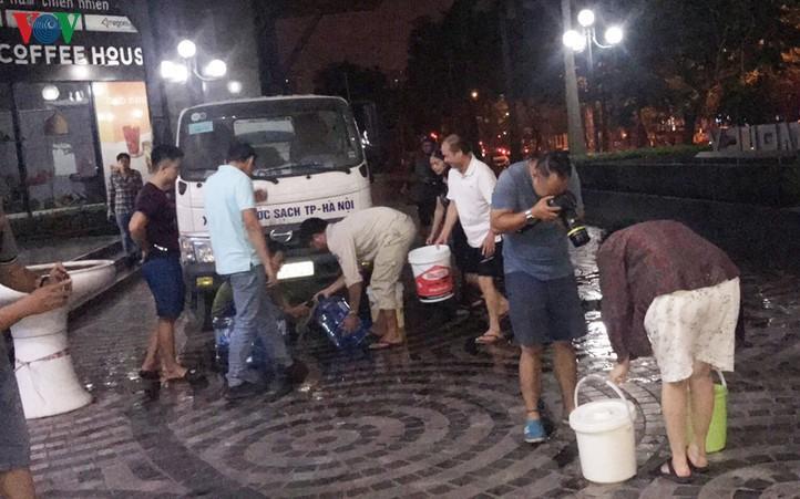 Người dân cần phải làm gì sau khuyến cáo của Hà Nội về không sử dụng nước sạch sông Đà nấu ăn, uống? (17/10/2019)