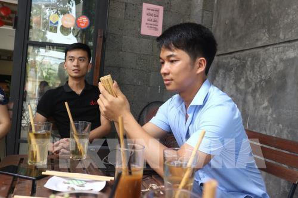 Anh Nguyễn Văn Mão với mong muốn thay thế ống hút nhựa bằng ống hút tre thân thiện với môi trường (4/10/2019)