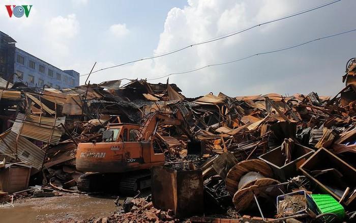 Toàn bộ 2.600 tấn phế thải nguy hại sau vụ cháy tại Công ty Cổ phần Bóng đèn phích nước Rạng Đông đã được chuyển đến nơi xử lý an toàn (13/10/2019)