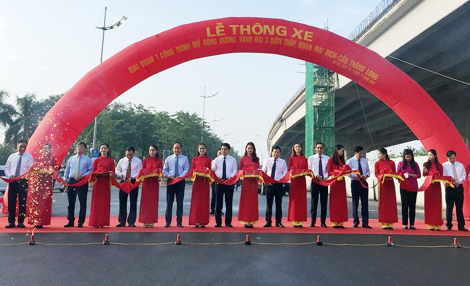 THỜI SỰ 12H TRƯA 10/10/2019: Kỷ niệm 65 Ngày Giải phóng Thủ đô, sáng nay, Hà Nội tổ chức Lễ thông xe giai đoạn 1 công trình mở rộng đường Vành đai 3 dưới thấp, đoạn Mai Dịch - Cầu Thăng Long.