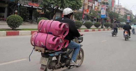 Làm thế nào để siết chặt tình trạng xe máy chở bình gas lưu thông trên phố? (21/11/2019)