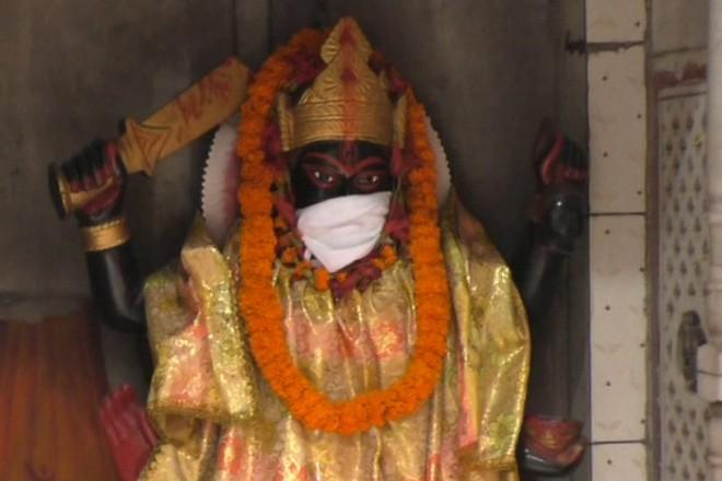 Người dân Ấn Độ đeo khẩu trang cho tượng thần để tránh ô nhiễm không khí nghiêm trọng (14/11/2019)