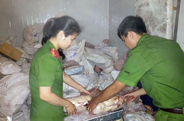 Lạng Sơn: Bắt giữ hơn 5 tấn chân lợn đông lạnh và nội tạng lợn không có giấy tờ nguồn gốc (22/11/2019)