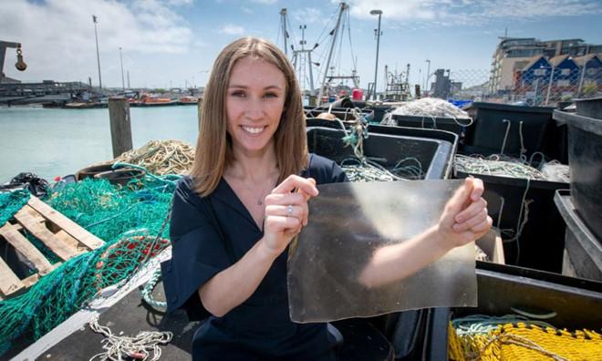 Anh tạo ra bao nhựa dùng một lần làm từ da và vảy cá (21/11/2019)